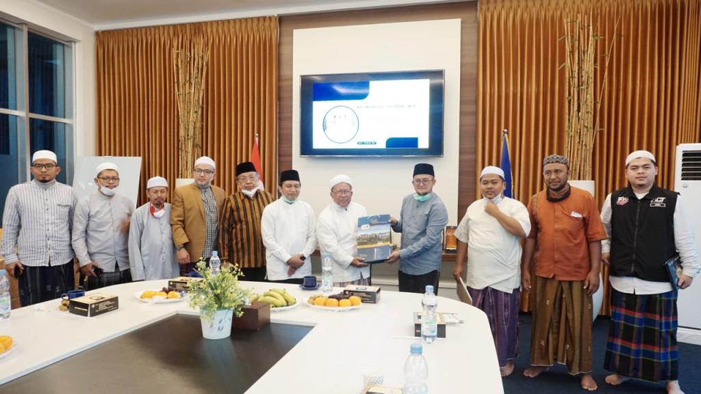 Pimpinan Pondok Pesantren Riyadlul Jannah Beri Apresiasi kegiatan kemanusiaan Thursina IIBS