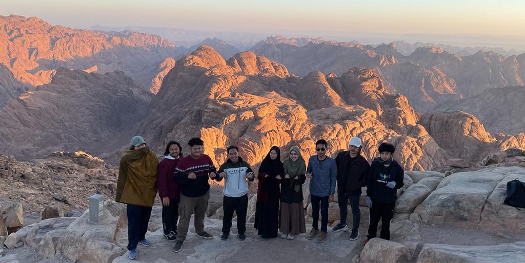Pendakian Bukit Sinai, Menapaki Sejarah Tiga Agama Bersama Alumni Thursina IIBS